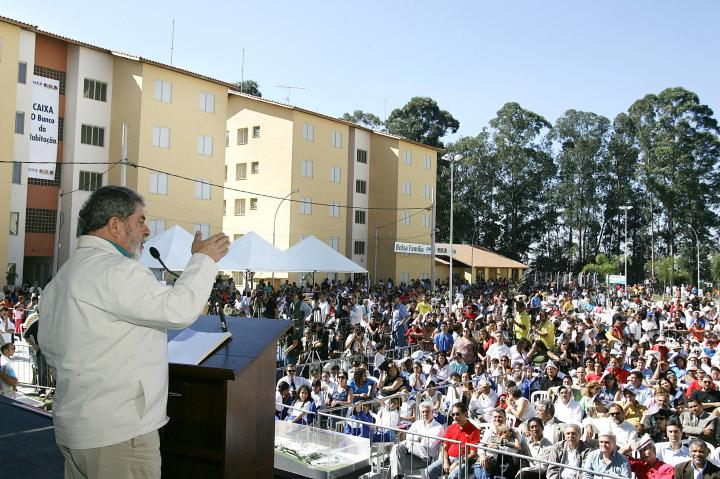 Photo: President Lula giving a speech to recipients of Bolsa Família and other federal assistance programs in Diadema in June 2005. Credit: Wikimedia Commons